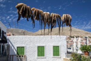 Домики в скалах, рыбацкие деревни и потухший вулкан: куда отправиться в Греции